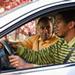 Padre y su hijo en un automóvil