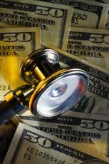 Fotografía de billetes de cincuenta dólares y un estetoscopio