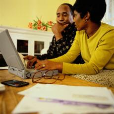 Fotografía de un hombre y una mujer en una computadora