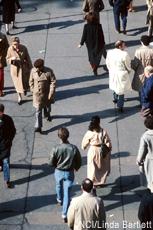 Fotografía de personas caminando por la calle