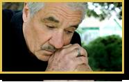 Un hombre mayor se pone las manos en la cara de forma pensativa