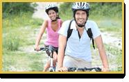 Un hombre y una mujer pasean en bicicleta
