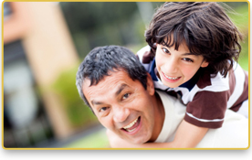 Un padre sonrie mientras su hijo lo abraza por la espalda