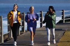 Fotografía de tres mujeres haciendo ejercicio