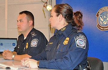 """Los Oficiales de CBP Alfredo Rivera y Elvira Díaz en el rodaje de """"La Aduana y Control de Fronteras con el Director David Murphy."""""""
