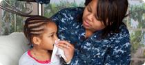 Madre cuidando a su hija enferma