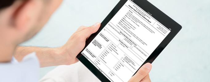 Hombre con una tablet completando el formulario en PDF