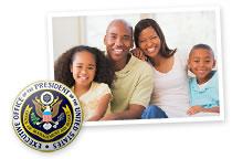 Esta imagen es una colección de dos imágenes. La primera imagen muestra el Sello Presidencial. La segunda imagen muestra una familia compuesta de mamá, papá, hija e hijo sonriendo y abrazándose.
