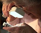 Muchas personas con baja visión están tomando control usando aparatos y servicios que pueden ayudarles a mantener su independencia.