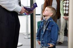 Foto de niño pasando por control de seguridad en un aeropuerto