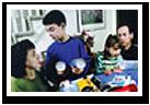 Una imagen de una familia preparándose para un posible desastre natural