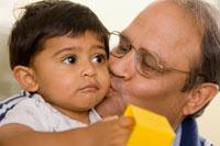 Padre besando a su hijo
