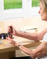 Mujer realizando test de glucosa