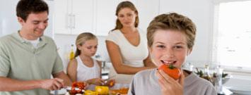 Una familia preparando alimentos