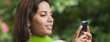 Una mujer usando su teléfono móvil