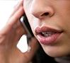 Mujer hablando por un teléfono celular