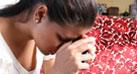 Una joven latina esta preocupada pensando sobre su resultado  positivo del virus del sida