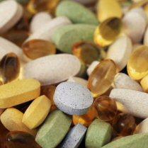Un surtido de píldoras y tabletas de suplementos dietéticos