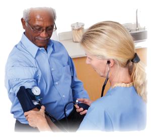Enfermera tomando la presión arterial de un hombre