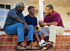 Fotografía representando tres generaciones de hombres platicando
