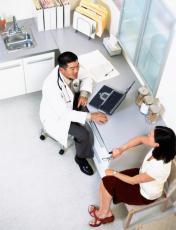 Fotografía de un doctor hablando con una paciente