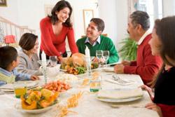 Foto de familia hispana celebrando durante las fiestas