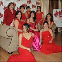 Promotoras vestidas de rojo.