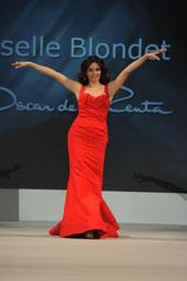 Giselle Blondet desfilando un vestido de Oscar de la Renta