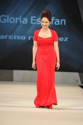 Gloria Estefan desfilando un vestido de Narciso Rodríguez