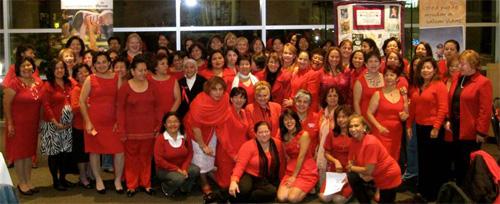 Campeonas de La Clínica del Pueblo en Washington, DC, lideradas por la Campeona Edith Salazar, celebran la noche de 'Corazón a Corazón Mujeres de rojo unidas por la salud'.
