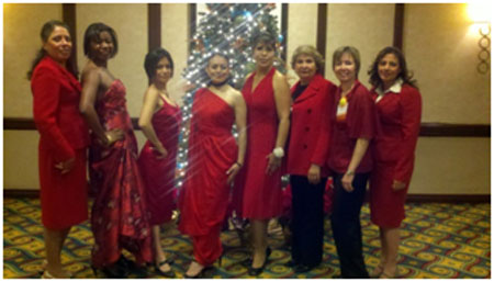 Promotoras y educadores de salud posan para la foto luciendo los vestidos rojos de The Heart Truth durante la conferencia anual de Visión y Compromiso el 2-3 de diciembre del 2011 en Los Angeles, CA.