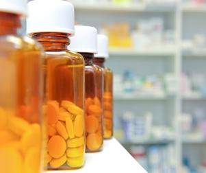 Una fotografía de envases de píldoras en una estantería