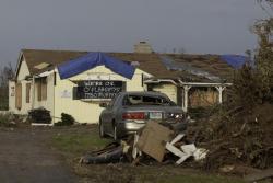 La búsqueda de amigos, familiares y seres queridos continúa después de que un tornado tocara tierra en Joplin, Missouri el 22 de mayo de 2011