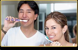 Una pareja de cepilla los dientes
