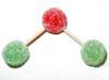 Una goma verde (nitrógeno), unida por mitades de palillo a dos gomas rojas (oxígeno).