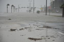 El agua y el viento azotan la autopista 90 en Gulfport debido al Huracán Isaac