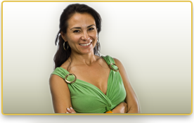 Una mujer sonriendo con los brazos cruzados