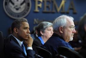 Presidente Barack Obama (izquierda) escucha a los miembros de su gabinete discutir los últimos detalles en la respuesta al Huracán Sandy en una reunión celebrada en las Oficinas Centrales de FEMA.