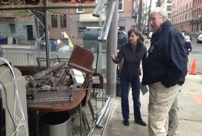 Administrador Auxiliar de FEMA Richard Serino y la Alcaldelsa de Hoboken, New Jersey Dawn Zimmer observan los daños provocados por el Huracán Sandy cuando cientos de negocios y gran parte del pueblo estuvieron bajo inundación.