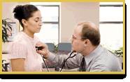 Un doctor le revisa la respiración a una mujer