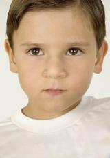Fotografía de un niño de aspecto serio