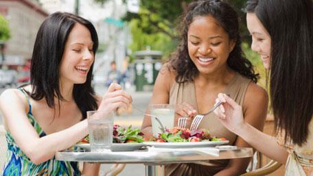 Mujeres comiendo una ensalada